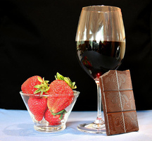 Wine-chocolate-strawberries
